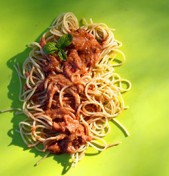 Spaghetti με σάλτσα ντομάτας-αβοκάντο