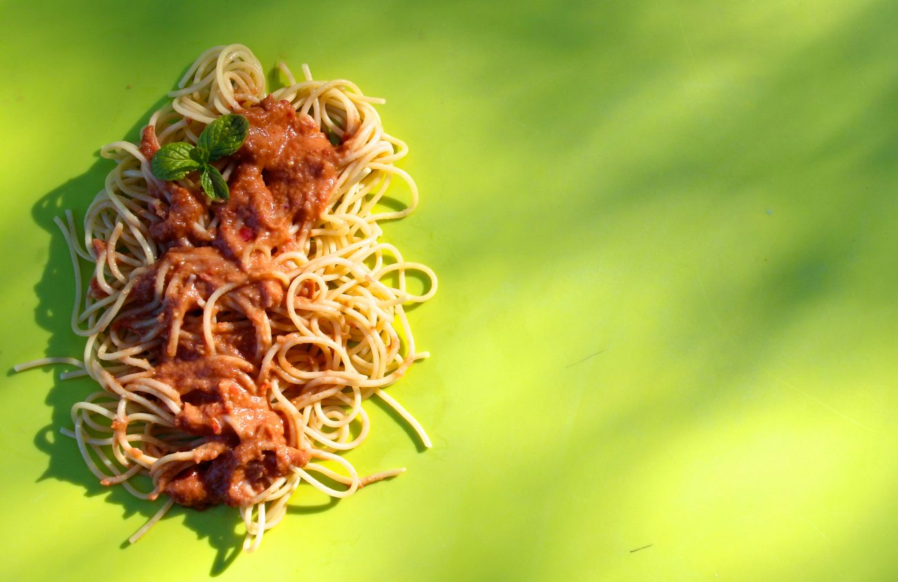 spaghetti με κρύα σάλτσα αβοκάντο
