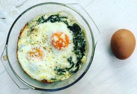 χόρτα με αυγά και σπανάκι