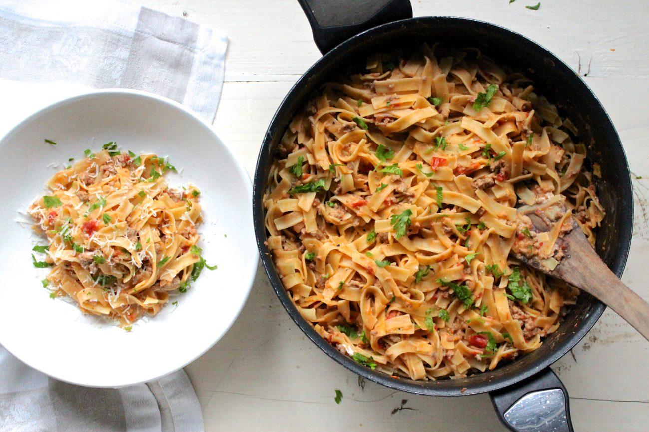 χυλοπίτες με σάλτσα κιμά και γιαουρτιού
